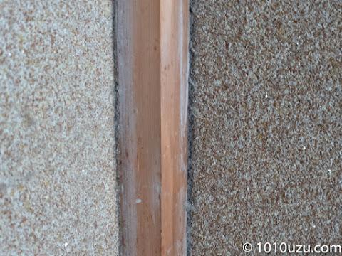柱と土壁の隙間にホコリが詰まっている