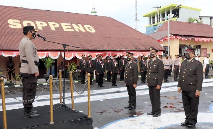 Wakapolres Soppeng Pimpin Upacara Wisuda Purna Bakti 17 Personil