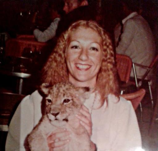 Eva con un cachorrito de león, en Cádiz 1974