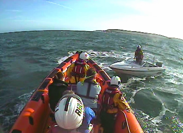 The ILB launches to a speedboat that had run out of fuel off Old Harrys Rocks - 21 April 2015