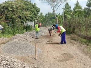 Jalan Aspal Yang Hancur di Tutur, Kini Dibenahi