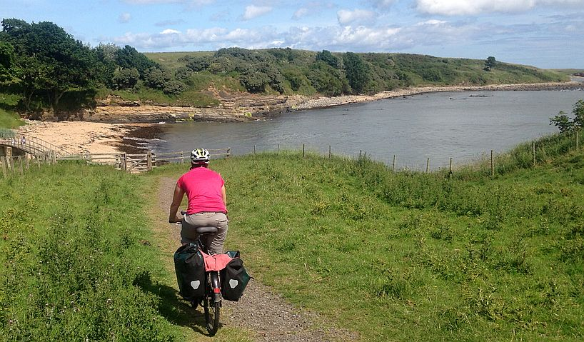 Miri on the Bike in der Bucht bei Littlehoughton