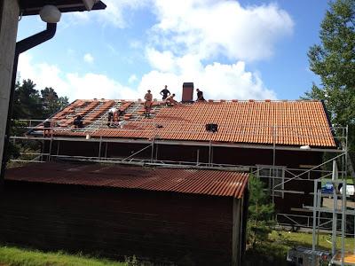 Takbyte dag 8: Tegelpannorna är på plats! Var förbi på förmiddan för att hjälpa till med elen och hittade sex hårt jobbande killar på taket. Dessutom blev skorstenen kanonsnygg!