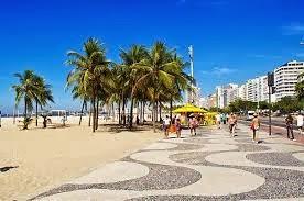 Os quatro passeavam por Copacabana