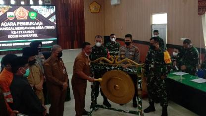 Bupati Tapsel Dolly Putra Parlindungan Pasaribu Memukul Gong tanda Dimulainya TMMD ke-111 Kodim 0212/ TS