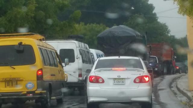 Paralizan el tránsito en Cachon en reclamo de que EDESUR mejore el suministro eléctrico.