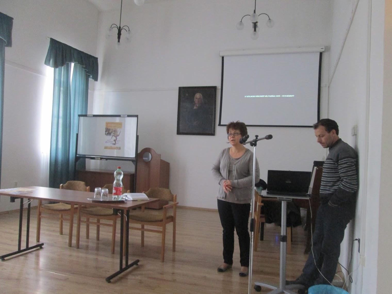 Csendes Mónika előadása közben