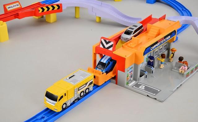 Mô hình Trạm vận chuyển ô tô Tomica Auto Car Port với những cơ chế hoạt động độc đáo