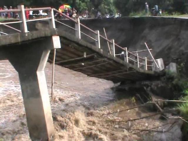 Jembatan Konto Ambruk, Puluhan Desa Terisolir