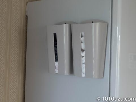 冷蔵庫の壁面に取りつけたところ