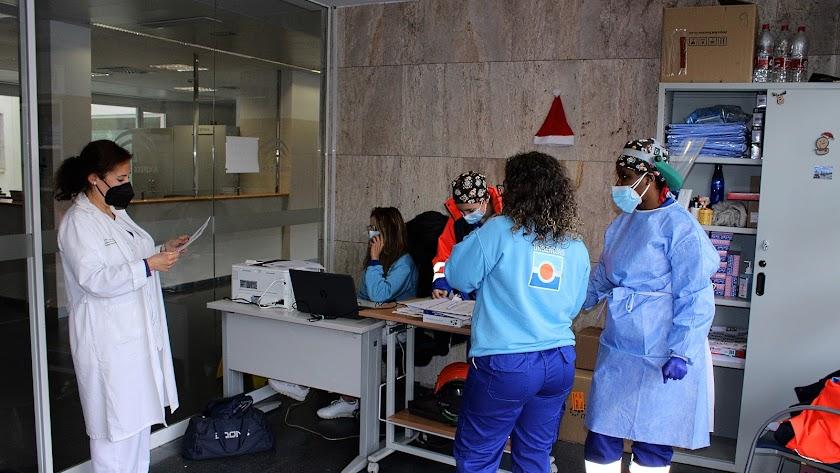 Sanitarios en el autocovid de la Bola Azul.
