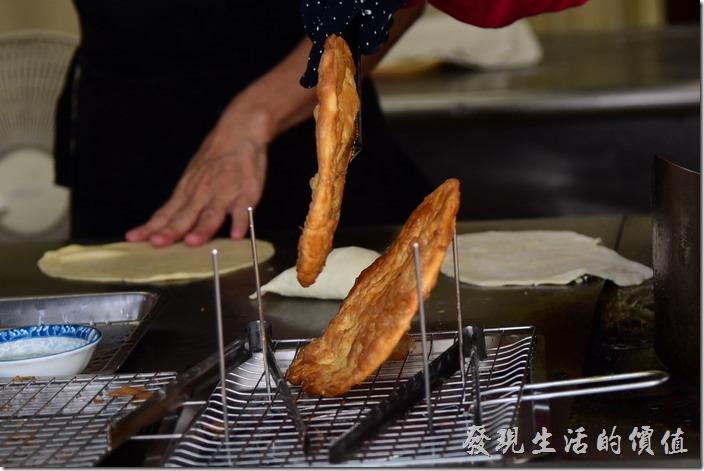 台南安平-劉記韭菜盒。烙餅起鍋後店家會先甩油,然後一樣放在鐵架上滴油。