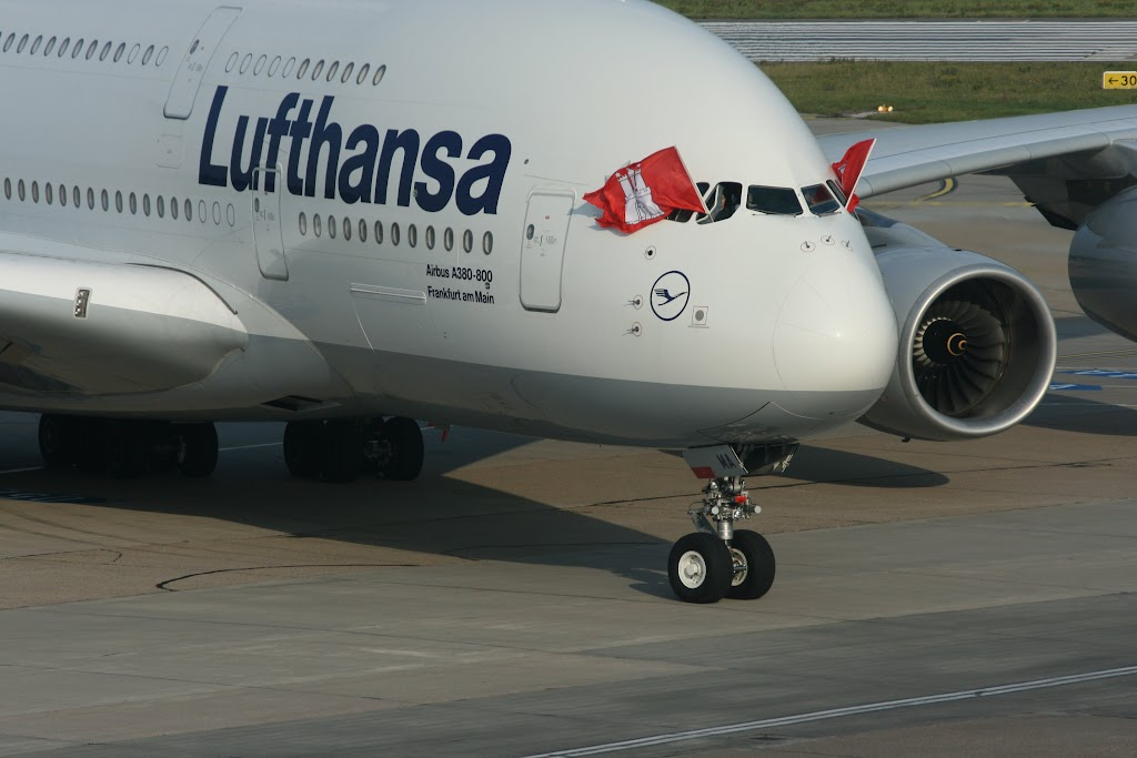 Aus dem Cockpit weht die Fahne der Hansestadt Hamburg