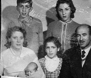 Eva en la primera foto de familia numerosa, en julio con cinco meses