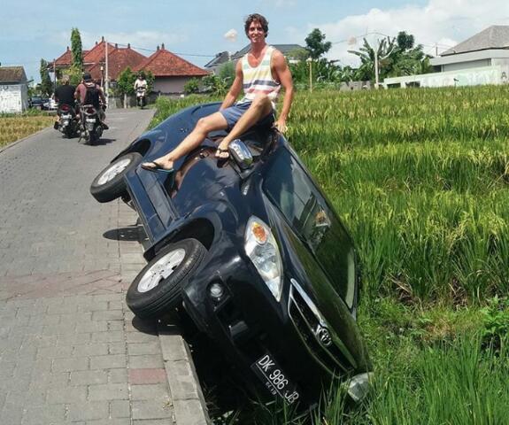 Seorang Bule Menduduki Mobilnya Yang Kecelakaan Terperosok Ke Sawah