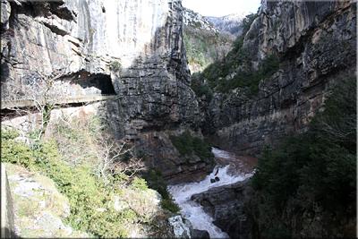 El Aragón Subordán a su paso por el desfiladero de la Boca del Infierno visto desde el otro lado del túnel