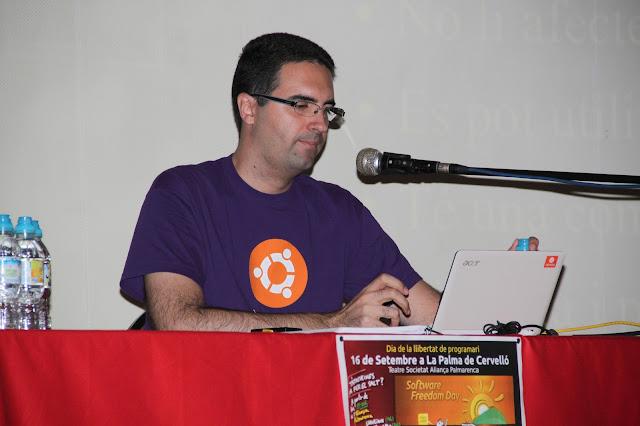 L'Oriol Gonz&aacute;lez Llobet, fundador i administrador de la web GnuLinux.cat, realitzant la xerrada introduct&ograve;ria al programari lliure. <b>Autora: Gemma Castillo</b>