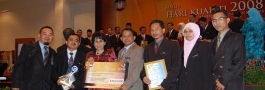 Menerima Anugerah Inovasi Kementerian Pelajaran 2008 - Johan Bagi Projek e-Daftar