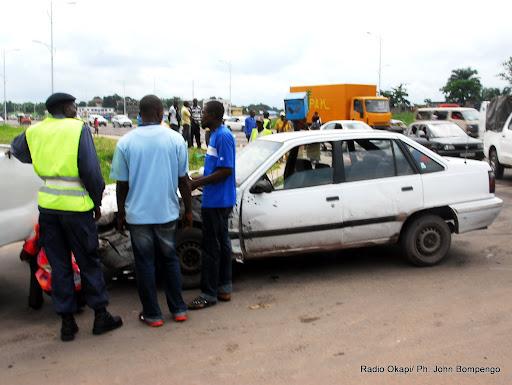 Un accident de circulation endommageant trois véhicules à l'entrée de la 1ère rue Limete sur le boulevard Lumumba à Kinshasa. Radio Okapi/Ph. John Bompengo
