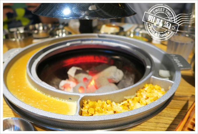 高雄姜虎東678白丁烤肉店2號店烤肉盤上的烤蛋、起司玉米吃到飽