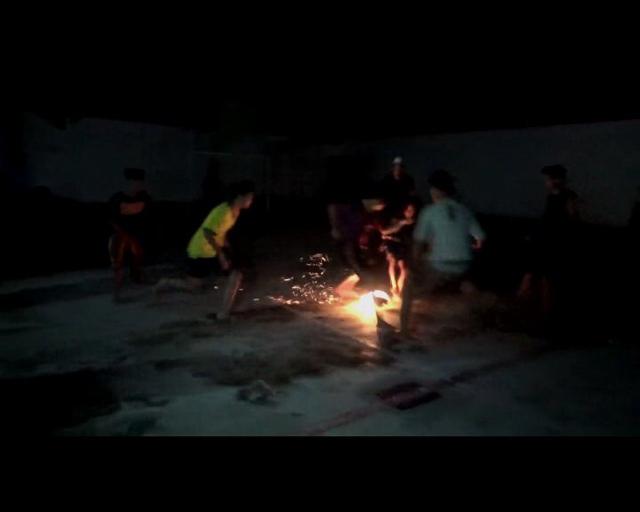 Usai Khataman Qur'an , Puluhan Satri Gelar Sepak Bola Api