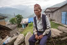 Čtyřiasedmdesátiletý Khaman Pariyar žije spolu se ženou v oblasti Kerabari v Gorce. Při zemětřesení přišli o dům. Člověk v tísni jim dodal materiál a nářadí na stavbu nového domova. (Foto: Jana Ašenbrennerová pro ČvT)