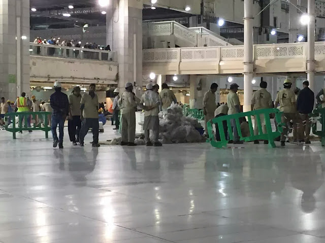 Pekerja Masjidil Haram melakukan pembersihan di kawasan saie