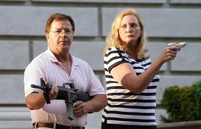 ब्लॅक लाईव्हज् मॅटर अर्थात च्या दंगलखोरांपासून आपल्या मालमत्तेचं रक्षण करायला उभं असलेलं बंदुकधारी मार्क आणि पॅट्रेशिया मॅक्लॉस्की (Mark and Patricia McCloskey) हे दांपत्य
