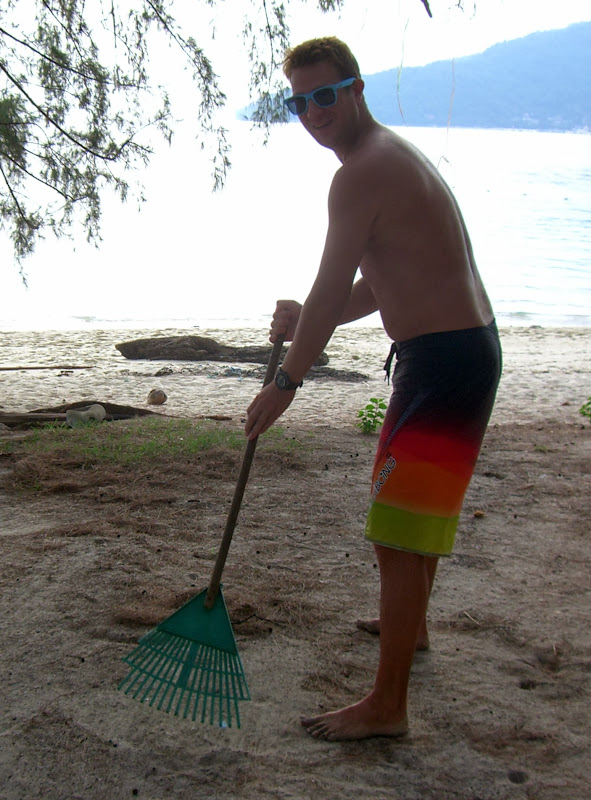 Torge hakt den Weg vom Zelt zum Strand