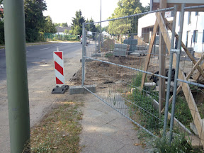 Wachneubau Einfahrt Fast Fertig Zaun In Arbeit Freiwillige