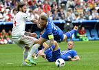 Kádár Tamás (b) és az izlandi Aron Gunnarsson a 11-es büntető előtt a franciaországi labdarúgó Európa-bajnokság Izland - Magyarország mérkőzésen, Marseille, 2016. június 18-án. (MTI Fotó: Illyés Tibor)