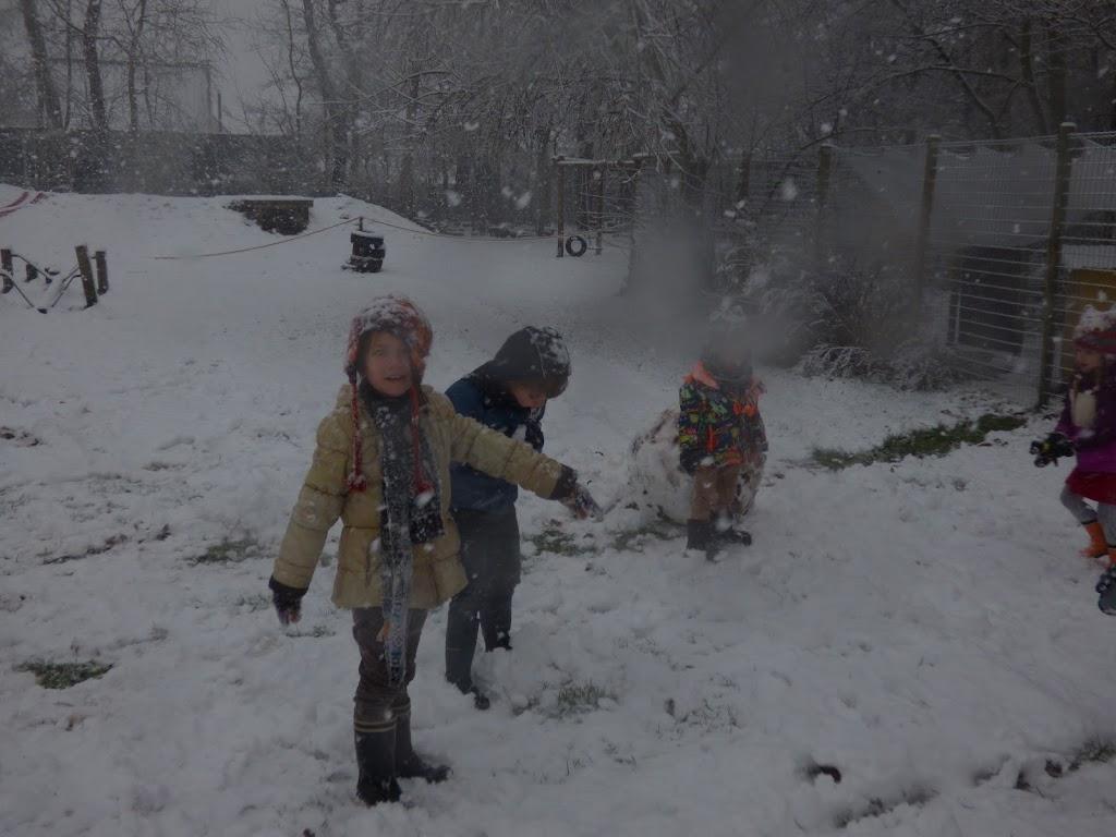 Spelen in de sneeuw - P1060676.JPG