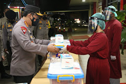 Kapolri Beri Bantuan Kapada Tenaga Kesehatan RS Polri Soekanto
