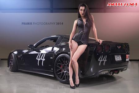 Siêu mẫu diện bikini nóng bỏng bên siêu xe