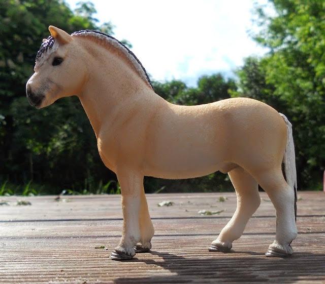 Đồ chơi Mô hình Ngựa Fjord đực - Pjord Horse Stallion được sơn vẽ thủ công rất tỷ mỉ, màu sắc bắt mắt