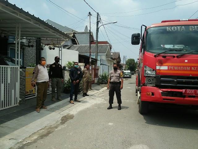 Lurah Bekasi Jaya Pimpin Langsung Penyemprotan Disinfektan di Wilayah