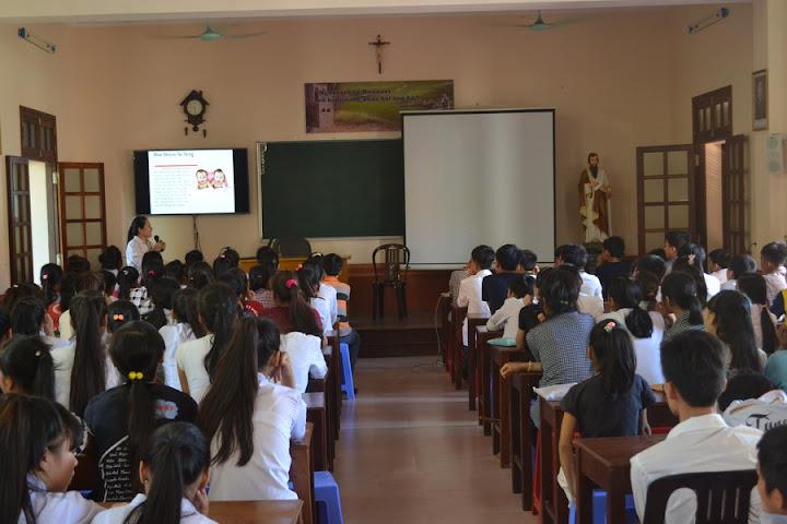 Truyền thông bảo vệ sự sống cho học sinh lớp cắt may và đàn nhạc tại trung tâm mục vụ Phát Diệm