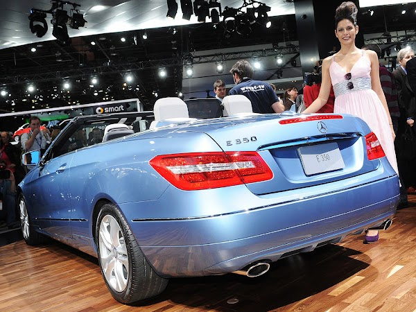Detroit Car Show Girl:girls,wallpaper,girl,girls and cars0