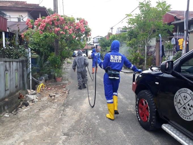 Brimob Kaltim Laksanakan Patroli Dan Penyemprotan Dekontaminasi Di Wilkum Polda Kaltim