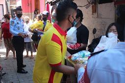 Kumham Peduli Kumham Berbagi, Kalapas Probolinggo Blusukan ke Kampung Bagikan Sembako Bantuan COVID-19