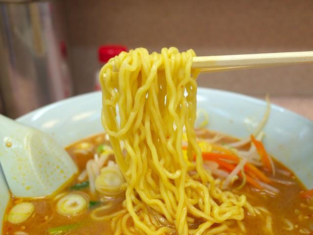 味噌ラーメンの細麺を箸で持ち上げてみた