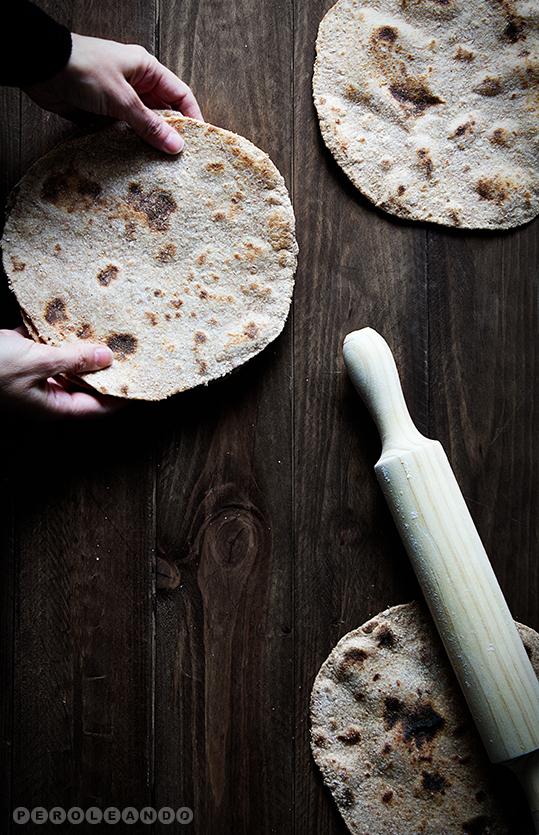 Panes planos de harina integral de espelta y masa madre