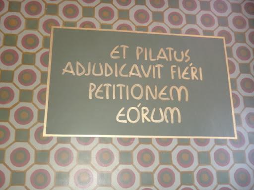 """""""Et Pilatus adjudicavit fiéri petitionem eórum"""" Tradução: """"E Pilatos decidiu atender o pedido deles"""""""