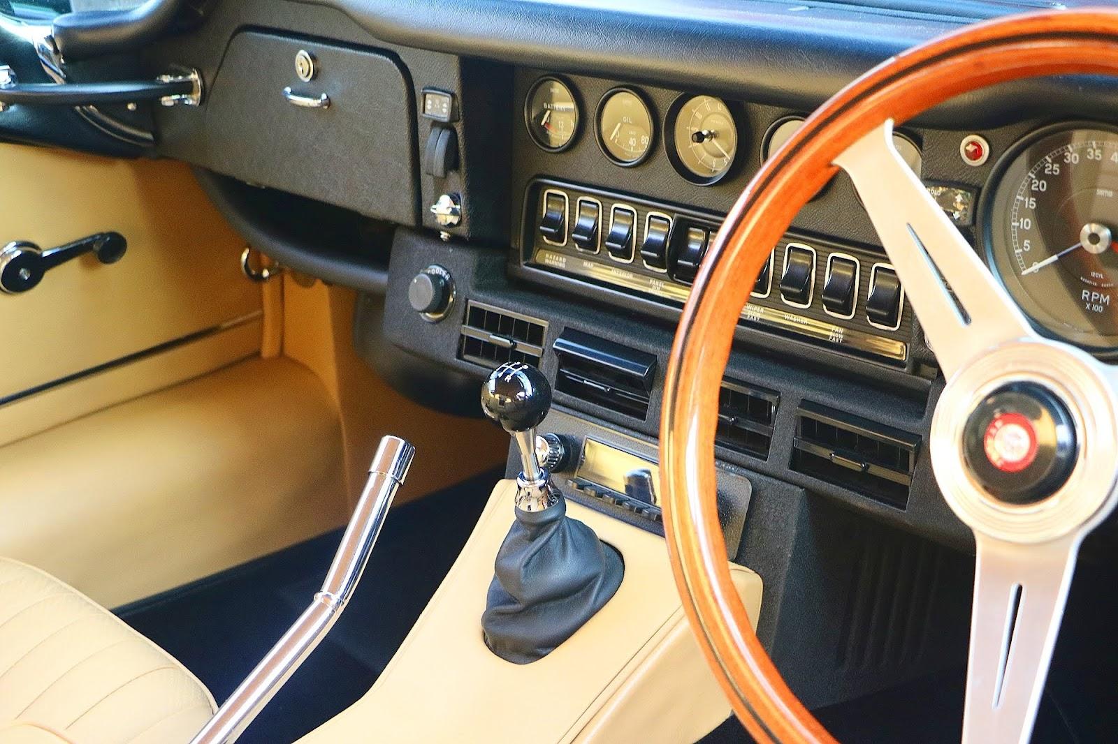 1974 Jaguar E-Type V-12 Dashboard.jpg