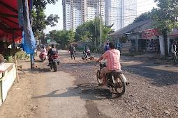 Jalan Berlubang Di Depan Gunung Putri Square Menjadi Penghasilan Warga.