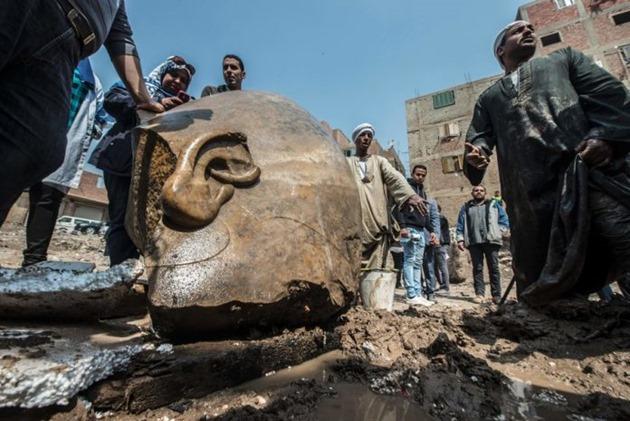estátua antiga descoberto submerso na lama no Cairo