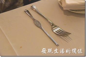 吃過了前菜後服務生會把餐具全部收走,再換上主餐的餐具,左手邊是龍蝦,右手邊是牛排的餐具。