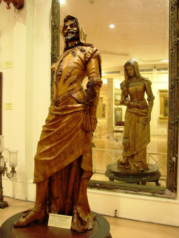 Wooden-double-statue-at-Salar-Jung-Museum-Hyderabad
