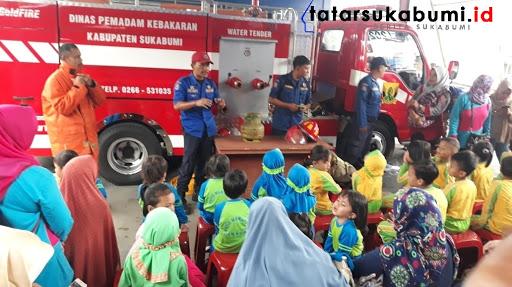 Pengenalan alat pemadam kebakaran oleh Damkar Cibadak //Foto : Isep Panji