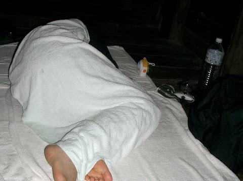 ブンブンブラウ:バスタオルにくるまって寝る